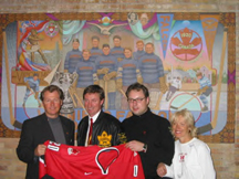 Wayne Gretzky with Eric, Marno and Jaye Olafson in from of the Falcons Forever mural